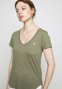 Abercrombie & Fitch - SOFT TEE - Basic T-shirt - green - 4