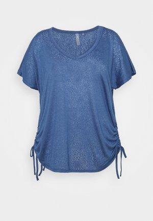 ONPJIVAN CURVED V NECK BURNOUT CURVY - Print T-shirt - bijou blue