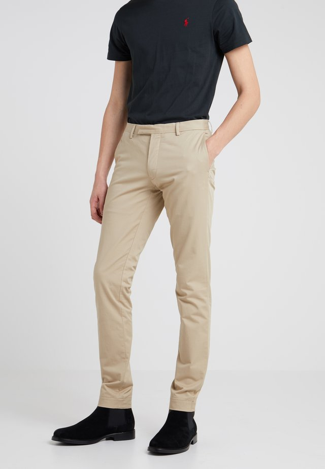 TAILORED PANT - Pantalones chinos - classic khaki