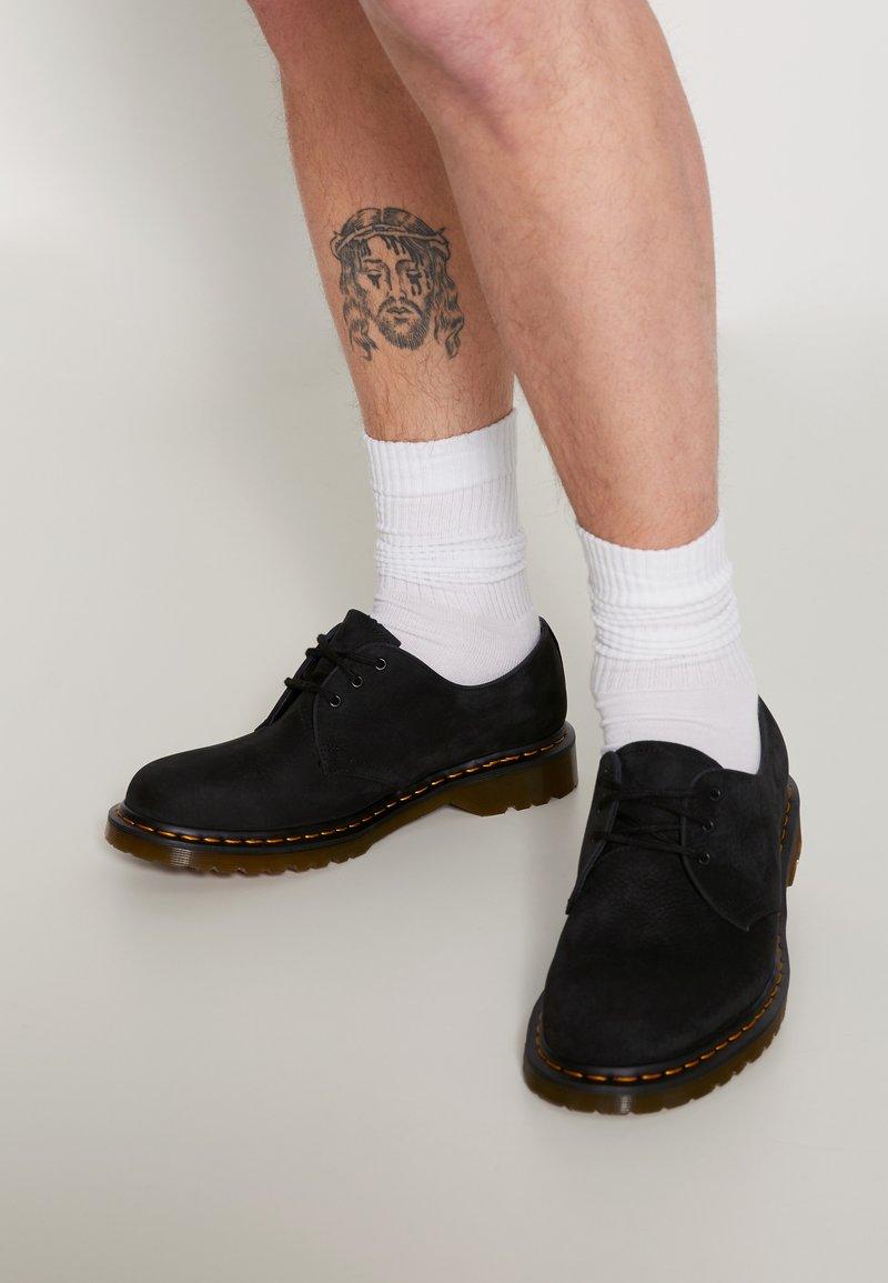 Dr. Martens - 1461 3 EYE SHOE UNISEX - Volnočasové šněrovací boty - black milled