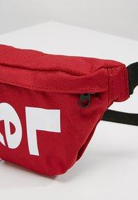 Levi's® - BANANA SLING - Bæltetasker - brilliant red - 6