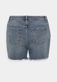 Vero Moda Curve - VMERASA  - Shorts di jeans - medium blue denim - 1
