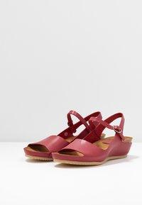 Kickers - TAKIKA - Wedge sandals - rouge - 4