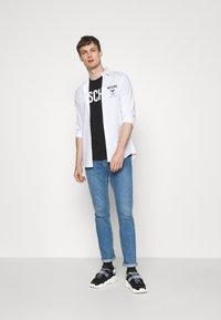MOSCHINO - Camiseta estampada - black - 1