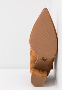 Buffalo - FERMIN - Kotníková obuv na vysokém podpatku - camel - 6