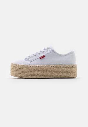 LAVIC - Sznurowane obuwie sportowe - regular white