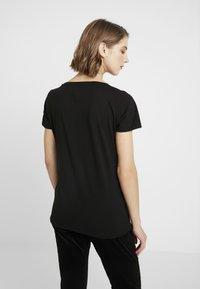 Tommy Jeans - ESSENTIAL V-NECK LOGO TEE - T-shirt z nadrukiem -  black - 2