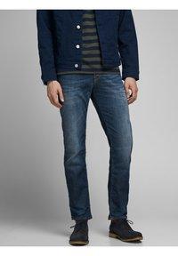 Jack & Jones - CLARK PAGE - Straight leg jeans - blue denim - 0