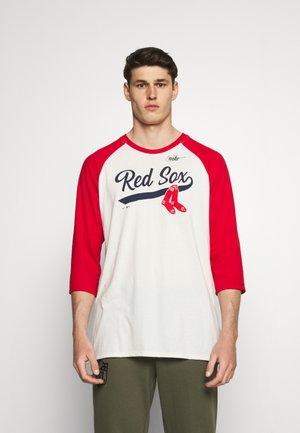 MLB BOSTON RED SOX COOPERSTOWN SCRIPT 3/4 SLEEVE  - Fanartikel - flat opal/sport red