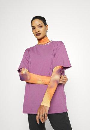 ZUMU TEE - Print T-shirt - pikes purple