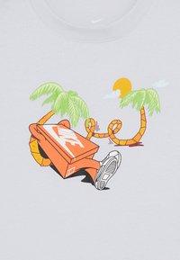 Nike Sportswear - TEE ERMSY BEACH - Print T-shirt - football grey - 3