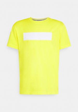BLOCKING LOGO TEE - T-shirt print - yellow