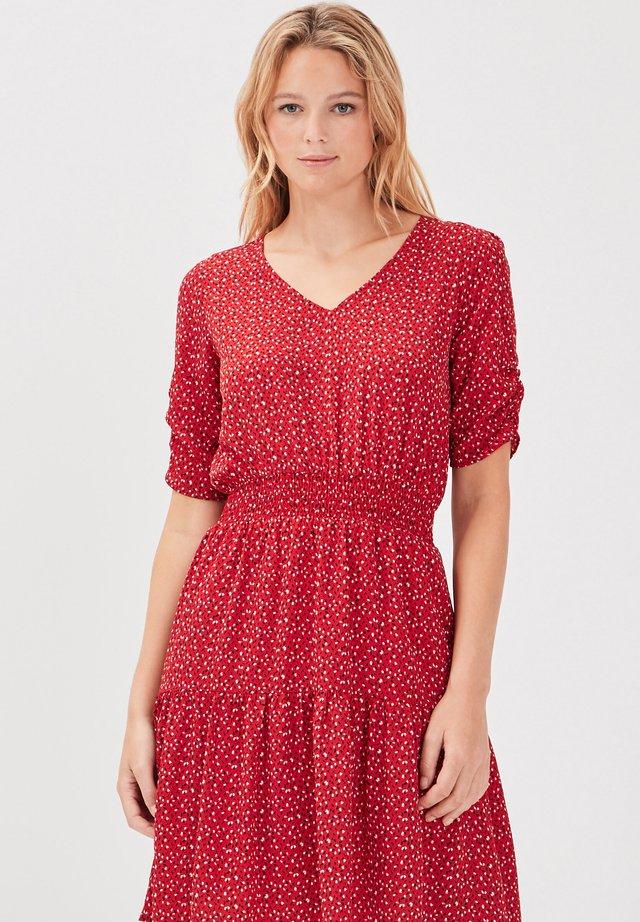 MIT GEKLEIDETER TAILLE - Korte jurk - rouge