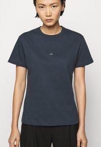 Holzweiler - SUZANA - Print T-shirt - dark blue - 5