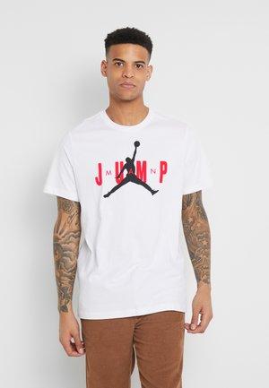 M J CTN SS JUMP CREW - T-shirt med print - white