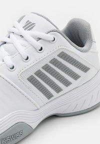 K-SWISS - COURT EXPRESS CARPET - Tenisové boty na umělý trávník - white/high rise/silver - 5