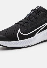 Nike Performance - AIR ZOOM PEGASUS 38 FLYEASE - Neutrala löparskor - black/white/anthracite/volt - 5