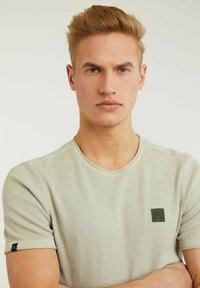 CHASIN' - BASAL TEE - Print T-shirt - green - 4