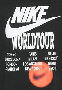 Nike Sportswear - TEE WORLD TOUR - Printtipaita - black - 2