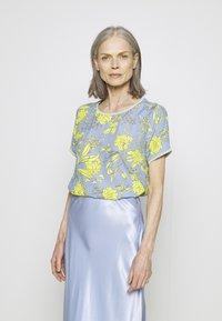 Emily van den Bergh - Bluser - yellow/blue - 0