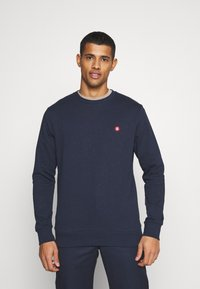 Jack & Jones - JJEBADGE CREW NECK  - Collegepaita - navy blazer/brick red - 0