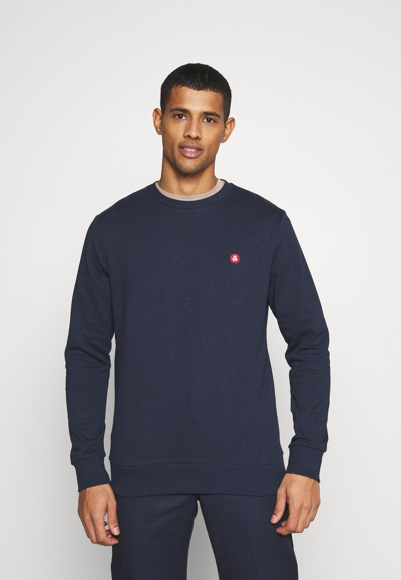 Jack & Jones - JJEBADGE CREW NECK  - Collegepaita - navy blazer/brick red