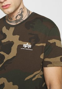 Alpha Industries - T-shirt z nadrukiem - mottley green - 4