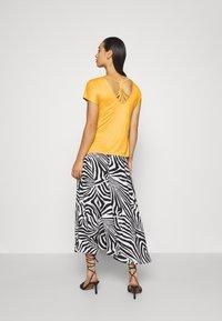 ONLY - ONLCARRIE CROSS BACK - Print T-shirt - golden spice - 2