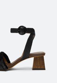 Uterqüe - RAPHIA-SANDALEN MIT SCHMUCKSTEINEN 15525580 - Ankle cuff sandals - black - 3