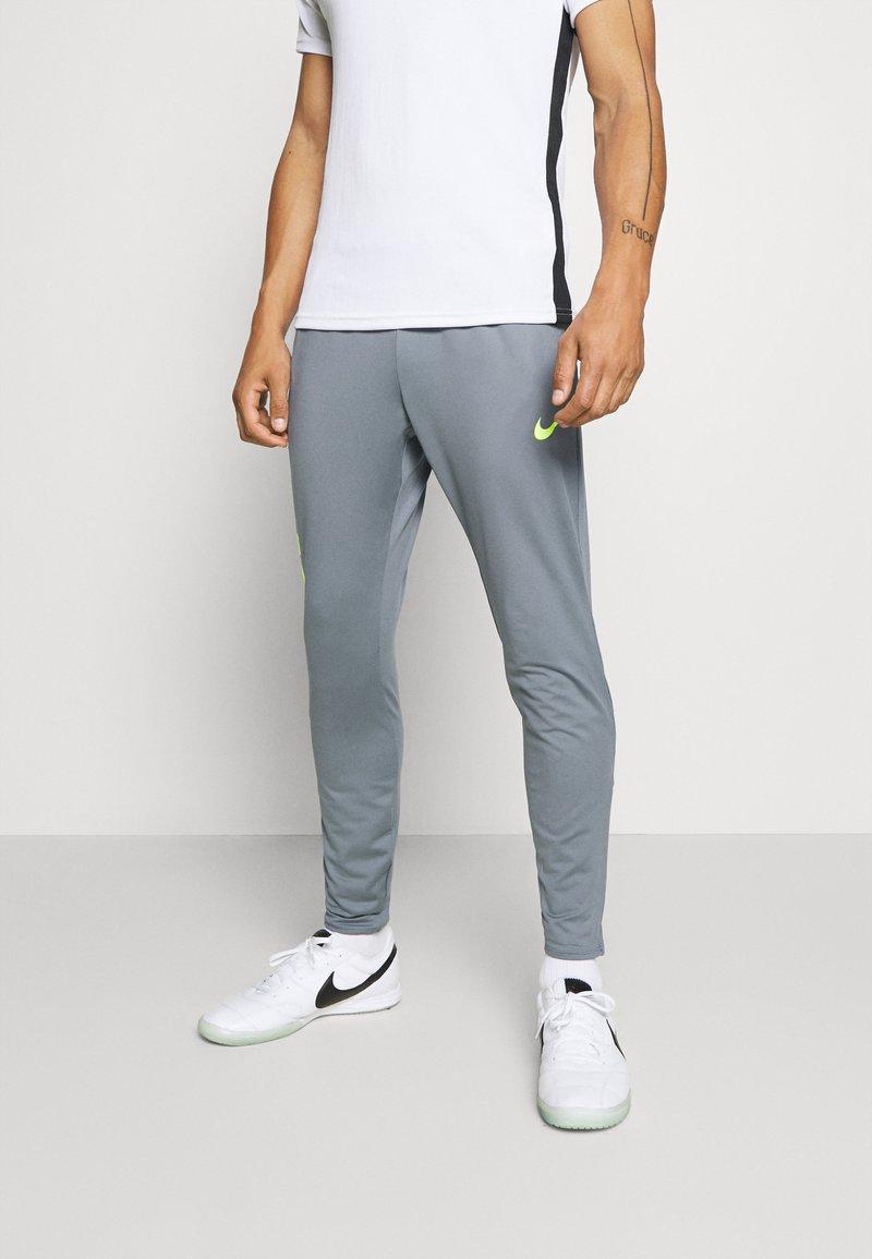 Nike Performance - FC PANT - Träningsbyxor - smoke grey/volt