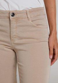 Oui - MIT BREITEM SPORTLICHEM BUND - Trousers - beige - 3