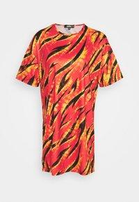 Missguided - FESTIVAL EXCLUSIVE FLAME PRINT DRESS - Žerzejové šaty - red - 4
