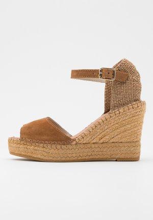 Sandály na vysokém podpatku - camel
