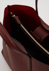 Coccinelle - MATINEE WORK HANDBAG - Handbag - marsala/cherry - 3