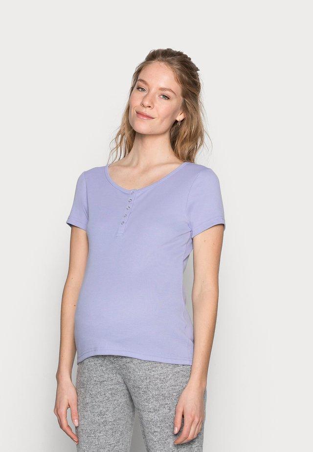 MATERNITY HENLEY SHORT SLEEVE - T-shirt z nadrukiem - powder blue