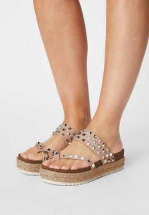 CASE - Sandály s odděleným palcem - nude