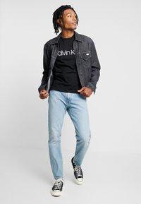 Calvin Klein - FRONT LOGO 2 PACK - T-shirt z nadrukiem - black/white - 1