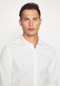DOCKERS - SUSTAINABLE ALPHA SPREAD COLLAR - Shirt - offwhite - 3