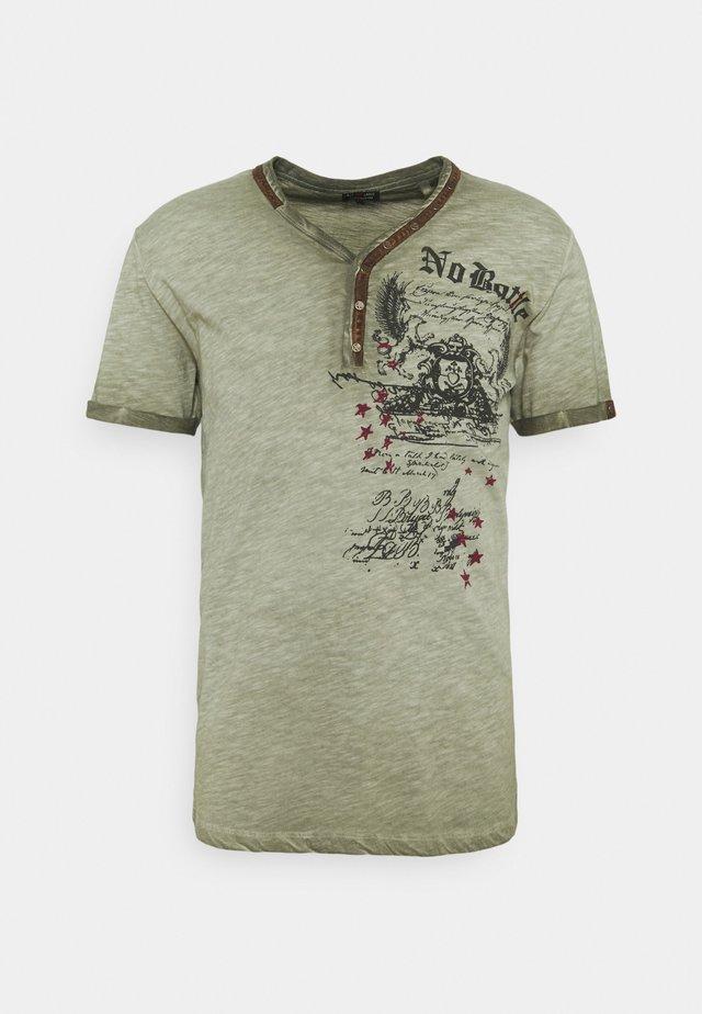 BATTLE BUTTON - Print T-shirt - green