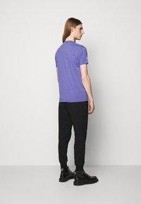 Vivienne Westwood - CLASSIC UNISEX - Basic T-shirt - lilac blue - 2