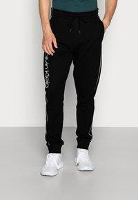 Calvin Klein - LOGO PRINT - Spodnie treningowe - perfect black - 0