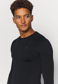 ODLO - PERFORMANCE WARM ECO CREW NECK - Unterhemd/-shirt - black/new odlo graphite grey - 4