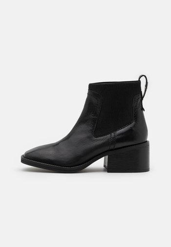 MANTH - Kotníkové boty - black