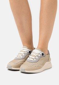 Vero Moda - VMNINO  - Sneakersy niskie - nude - 0