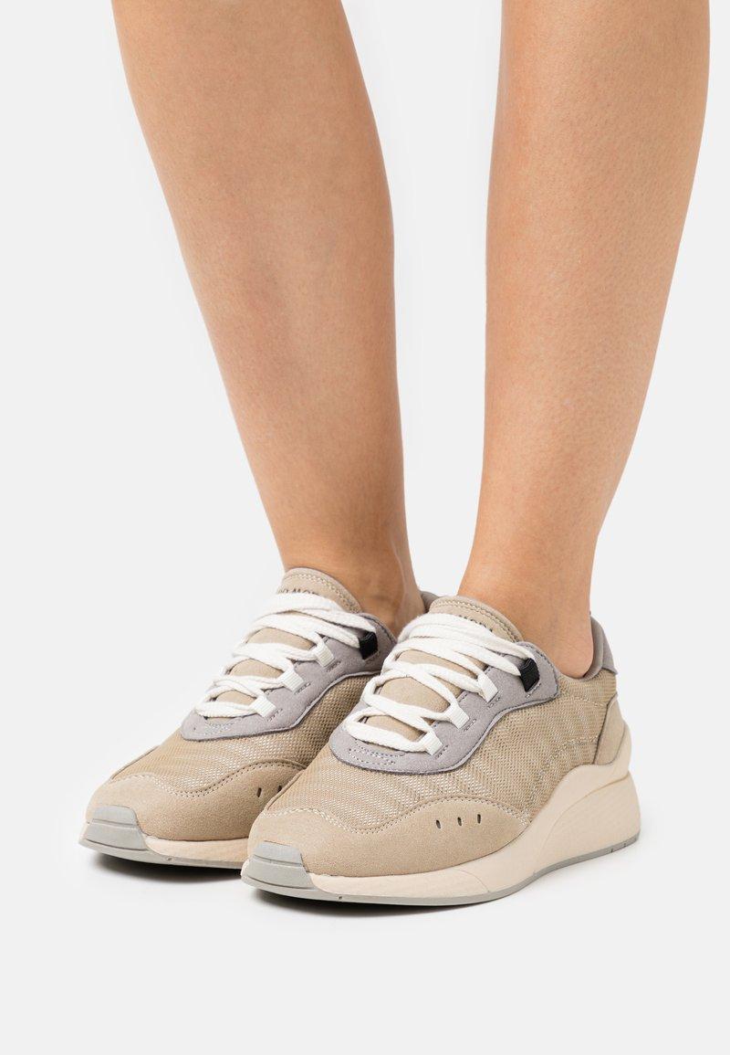 Vero Moda - VMNINO  - Sneakersy niskie - nude