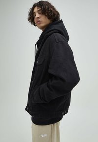 PULL&BEAR - JEANSJACKE MIT LAMMFELLIMITAT - Jeansjacka - mottled black - 3
