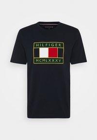 Tommy Hilfiger - GLOBAL FLAG TEE - Printtipaita - blue - 3