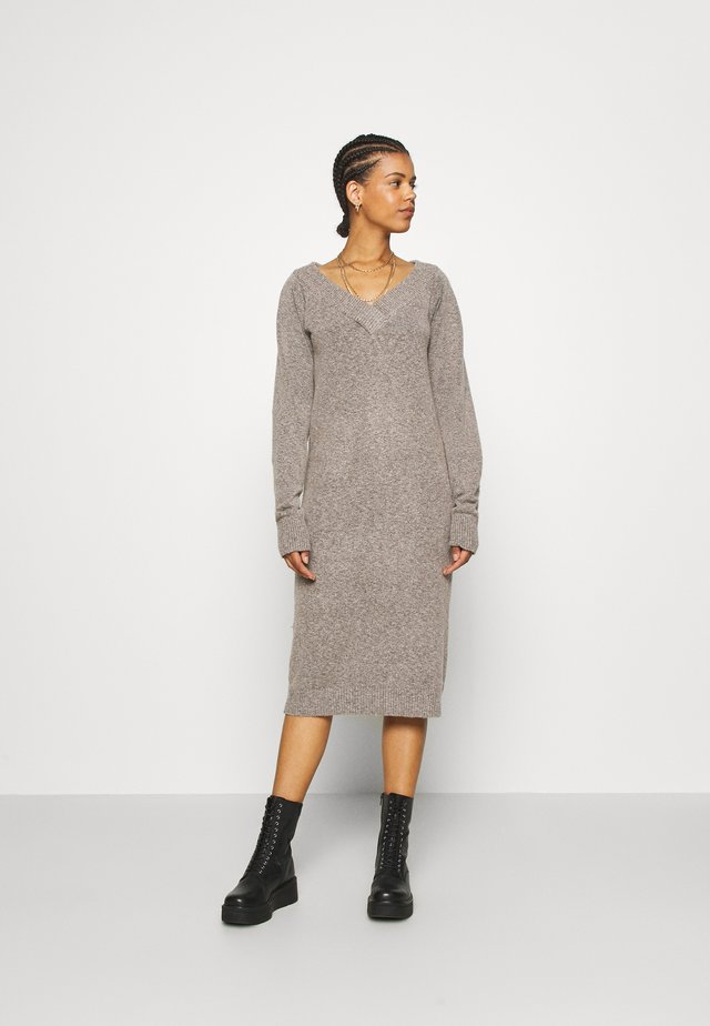 VIELLA VNECK DRESS - Strikket kjole - tigers eye