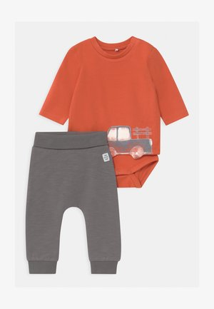 NBMROMON SET - Trousers - mecca orange