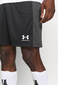 Under Armour - CHALLENGER  - Pantalón corto de deporte - black/white - 4